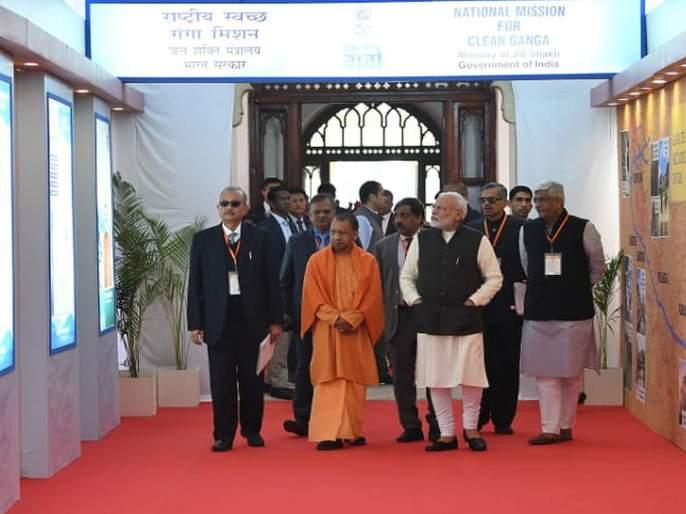 Prime Minister Narendra Modi stumbled on the Ganga Ghat in Kanpur | पंतप्रधान नरेंद्र मोदी गंगा घाटावर अडखळून पडले, सुरक्षा रक्षकांनी सावरले
