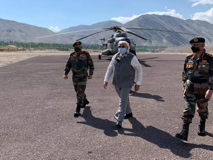 PM Narendra Modi's arrival in Ladakh, he was later briefed by senior officials in Nimmoo   Video: लेह दौऱ्यावर पोहोचताच नरेंद्र मोदींनी सर्वात पहिले केले 'हे' महत्वाचे काम