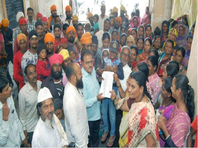 Give homeless homes, drinking water; Marxist Communist Party's march on Ambajogai Nagar Parishad | बेघरांना घरे,पिण्याचे पाणी द्या; अंबाजोगाई नगर परीषदेवर मार्क्सवादी कम्युनिस्ट पक्षाचा मोर्चा