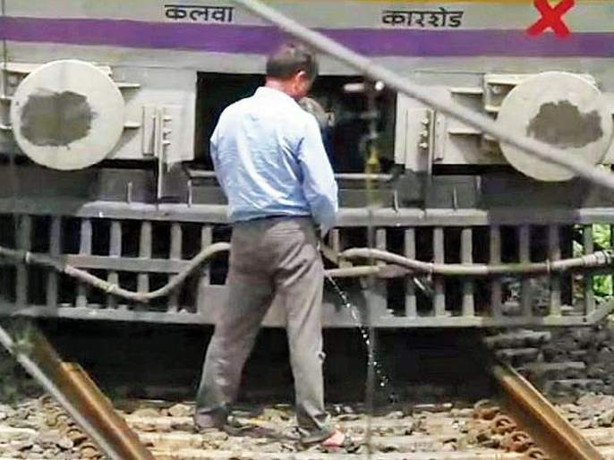 central Railway motorman stops train to urinate on the tracks video viral | लोकल थांबवून मोटरमनची रुळांवरच लघुशंका; व्हिडीओ व्हायरल