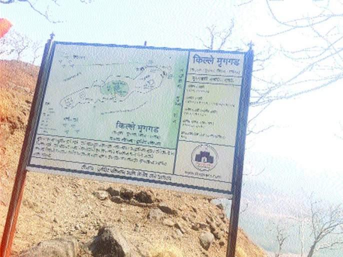 Water reservoirs at the mruggad will be free of rains before monsoon, cleanliness of ponds from labor | मृगगडावरील जलसाठे पावसाळ्यापूर्वी गाळमुक्त होणार,श्रमदानातून टाक्यांची साफसफाई