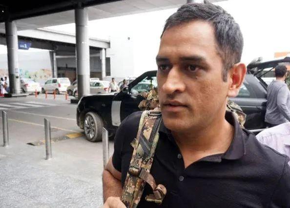 'This' thing happened with Mahendra Singh Dhoni at Kolkata airport, he did not even allow to take baggage | कोलकाता एअरपोर्टवर महेंद्रसिंग धोनीबरोबर झाली 'ही' गोष्ट, सामानालाही हात लावू दिला नाही