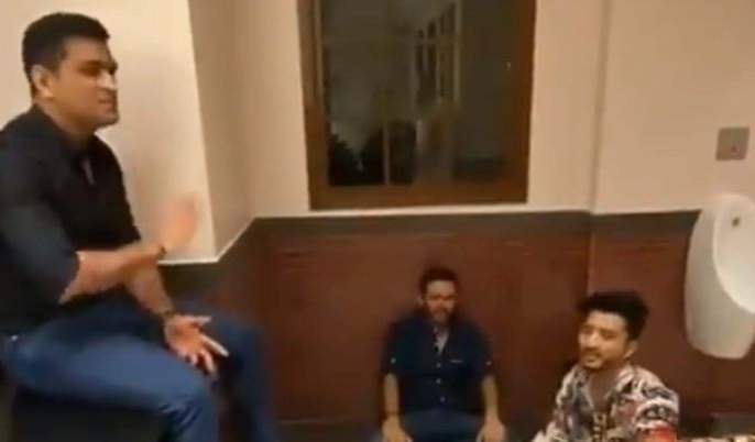 IPL: MS Dhoni, who was seen singing in the bathroom before IPL, video went viral   IPLपूर्वी बाथरुममध्ये गाणं गाताना दिसला धोनी, व्हिडीओ झाला वायरल