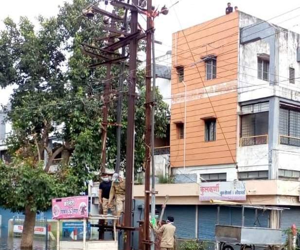 Power supply of 2.5 lakh consumers affected by floods in western Maharashtra   पश्चिम महाराष्ट्रातील महापुरग्रस्त ३.१५ लाख ग्राहकांचा वीजपुरवठा सुरळीत