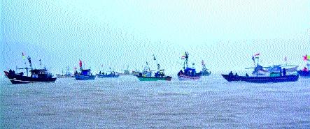 Movement of fishermen in boats at sea | पोलिसांची मध्यस्थी : मच्छीमारांचे होड्यांमधून समुद्रात आंदोलन