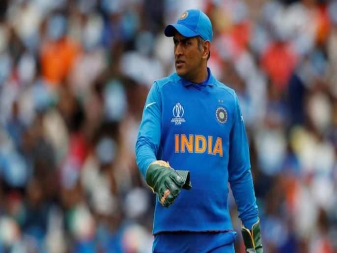 India vs West Indies, 2nd T20I: 40ft banner of MS DHONI is placed in front of the Trivandrum stadium  | Video : अबब.. महेंद्रसिंग धोनीच्या चाहत्यानं हे काय केलं? भारत-विंडीज सामन्यात सर्वांचं लक्ष वेधलं...