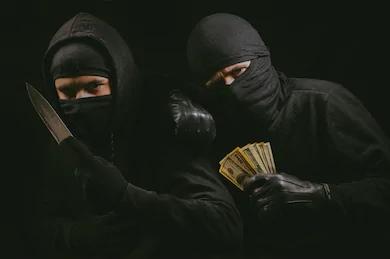 Three Pakistani thieves attack Indians in Dubai   मास्क घातलेल्या तीन पाकिस्तानी चोरांचा भारतीयावर हल्ला