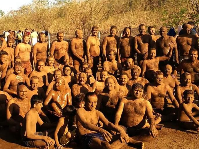 'Madhab' at the base of Chamarlane in Nashik | नाशकात चामरलेण्याच्या पायथ्याशी रंगला 'मडबाथ'