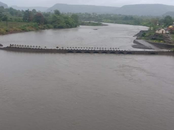 Mula river was flooded with water scarcity: Water pumping in drums of Sangamner taluka | मुळा नदी दुथडी भरून वाहू लागली : संगमनेर तालुक्यातील ढोल-ताशांच्या गजरात पाण्याचे पूजन
