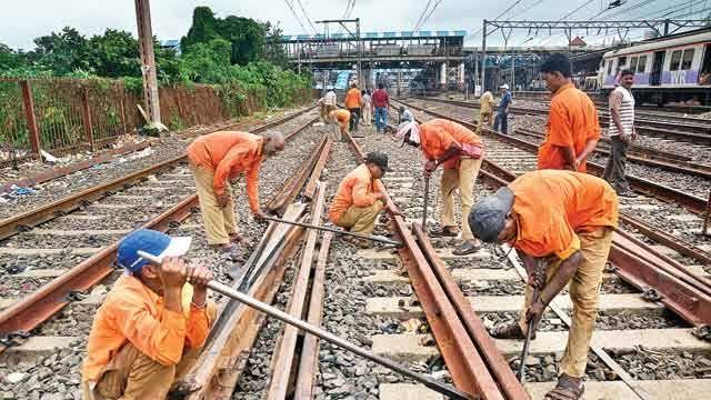 Railway work stalled due to corona, break on Thane-Diva 5th-6th line | कोरोनामुळे रेल्वेची कामे रखडली, ठाणे-दिवा पाचव्या-सहाव्या मार्गिकेला ब्रेक