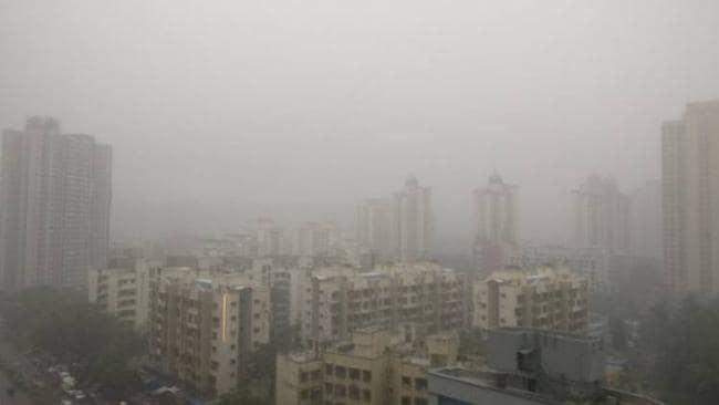 Pollution also engulfed Mumbai with severe cold | कडाक्याच्या थंडीसह प्रदूषणानेही मुंबईला वेढले