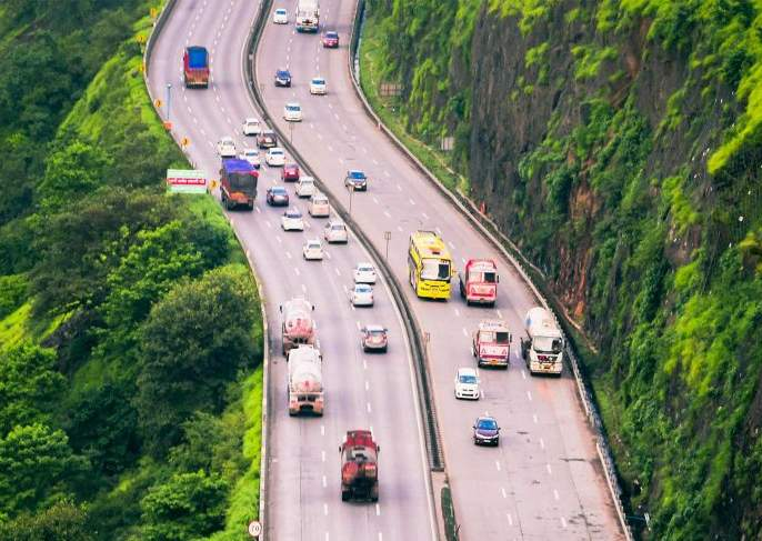 Mumbai-Pune travel time will be reduced; Speed up the widening of the expressway | मुंबई-पुणे प्रवासाचा वेळ कमी होणार;एक्स्प्रेस वेच्या रुंदीकरणाच्या कामाला वेग
