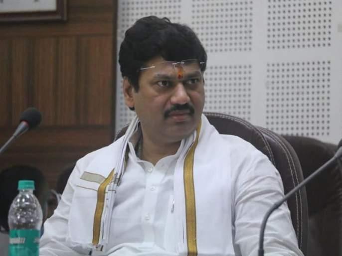 Minister Dhananjay Munde slapped the officers on the street in beed | धनंजय मुंडेंनी अधिकाऱ्यांना रस्त्यावरच झापलं; या कार्यपद्धतीमुळे नागरिकांनाही समाधान मिळालं