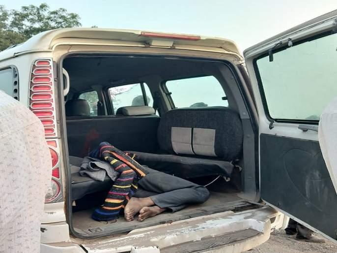 The body of a young man with blood was found in a reckless jeep in Parali | परळीत जीपमध्ये तरुणाचा रक्ताने माखलेला मृतदेह आढळ्याने खळबळ