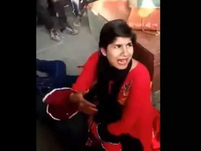 husband lying in blood, Wife's outcry for help; But public Create a Video | संतापजनक! रक्ताच्या थारोळ्यात पडलेल्या पतीच्या मदतीसाठी पत्नीचा आक्रोश, बघे बनवत राहिले व्हिडीओ