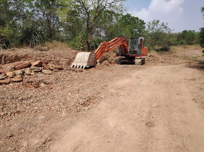 Illegal mum excavation in village panchayat premises: village steward unknown | वेळे ग्रामपंचायतीच्या जागेत अवैध मुरूम उत्खनन : गाव कारभारी अनभिज्ञ