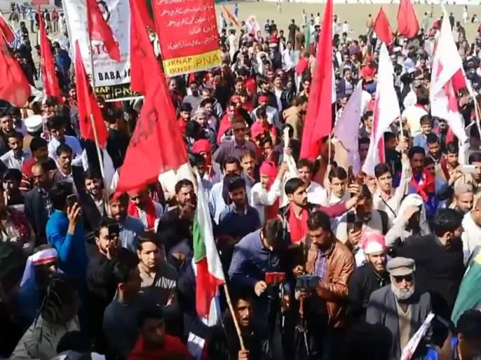 Two dead & several injured as police lathicharged protesters in Muzaffarabad | पाकव्याप्त काश्मीरमध्ये आंदोलकांवर लाठीमार, दोन जणांचा मृत्यू