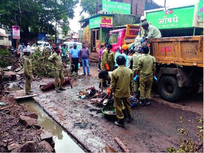 Sanattiwadi sanitation campaign of Satara municipal employees | सातारा पालिकेच्या कर्मचाऱ्यांची सांगलीवाडीत स्वच्छता मोहीम :-पूरग्रस्त भागात मदतकार्य