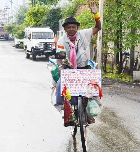 Hassan's Nagraj is on a cycle all over the country; Every state is going to meet the Chief Minister!   हासनचा नागराज देशभर सायकलवर फिरतोय; प्रत्येक राज्यात जाऊन मुख्यमंत्र्यांना भेटतोय !