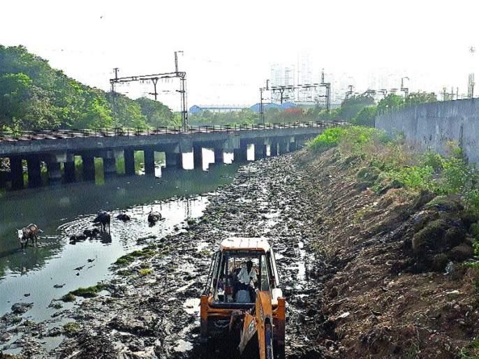 Water closure if drained in Nallah, Municipal corporation warns   नाल्यात कचरा टाकल्यास पाणी बंद, महापालिकेचा मुंबईकरांना इशारा