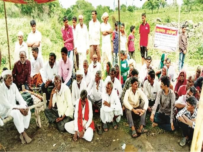 The entire village of Nanded sat for fasting for the road | रस्त्यासाठी नांदेडमधील अख्खे गावच बसले उपोषणाला