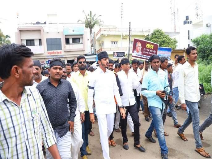NCP in support of Sharad Pawar in Gevrai; Protests by the government on black stripes | गेवराईत शरद पवारांच्या समर्थनात राष्ट्रवादीचा मोर्चा; काळ्या फिती बांधून सरकारचा निषेध
