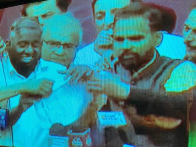 """mumbai farmer protest farmer leaders tore a statement in front of everyone slams governor of maharashtra   """"राज्यपाल गोव्याला मजा मारायला गेले"""", शेतकरी नेत्यांनी सर्वांसमक्ष निवेदन फाडून टाकलं!"""