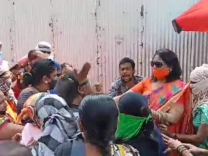 mudra loan fraud case shiv Sena party women beats man   मुद्रा कर्जाचे आमिष दाखवित गंडा, शिवसेनेच्या महिलांनी दिला चोप