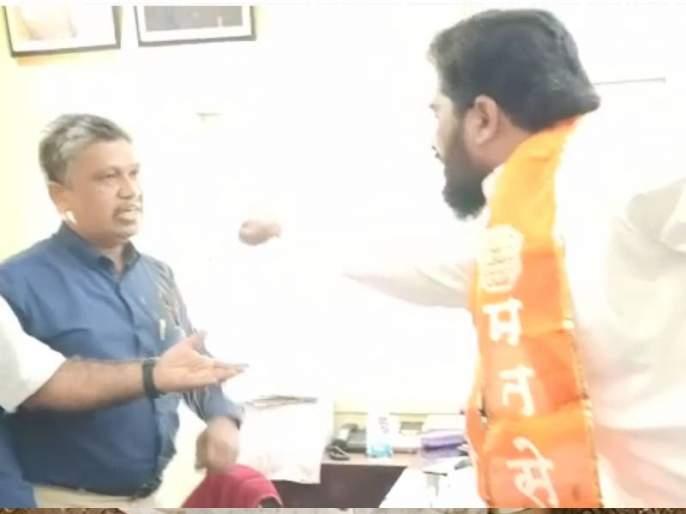 MNS agitation against electricity bill recovery in dhule maharashtra   VIDEO: वीजबिल वसुलीविरोधात मनसेचे फुटाणे मारो आंदोलन, धुळ्यात अभियंत्याला मारले फुटाणे