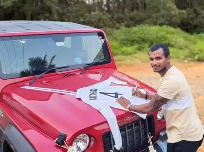 anand Mahindra Gifted Thar To T Natarajan Fast Bowlers Reply Will Win Your Heart   आनंद महिंद्रांनी वचन पाळलं! टी.नटराजनला गिफ्ट केली 'महिंद्रा थार'; रिटर्न गिफ्टही मिळालं