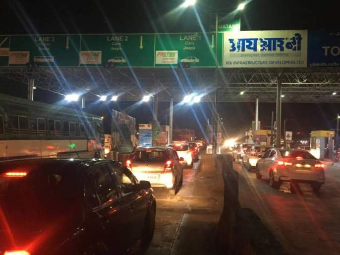 Fast tag scanning problem on mumbai pune expressway toll naka | 'फास्ट टॅग' ठरतोय 'स्लो-टॅग'! मुंबई-पुणे महामार्गावरील उर्से टोल नाक्यावरगोंधळामुळे रांगा
