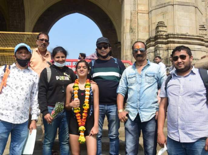 Unique tribute to Corona Warriors 14 year old Shravani swim from Elephanta to the Gateway of india | कोरोना योद्ध्यांना अनोखी मानवंदना! १४ वर्षीय श्रावणी एलिफन्टा ते गेटवेपर्यंत पोहत निघाली