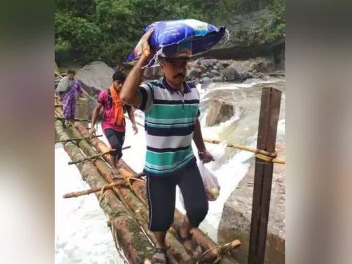 Tehsildar of Belthangady taluk in Dakshina Kannada district, conducted a rice bag for flood affected people | Video : पूरग्रस्तांसाठी चक्क डोक्यावर तांदळाचे पोते वाहून नेतोय 'तहसिलदार'