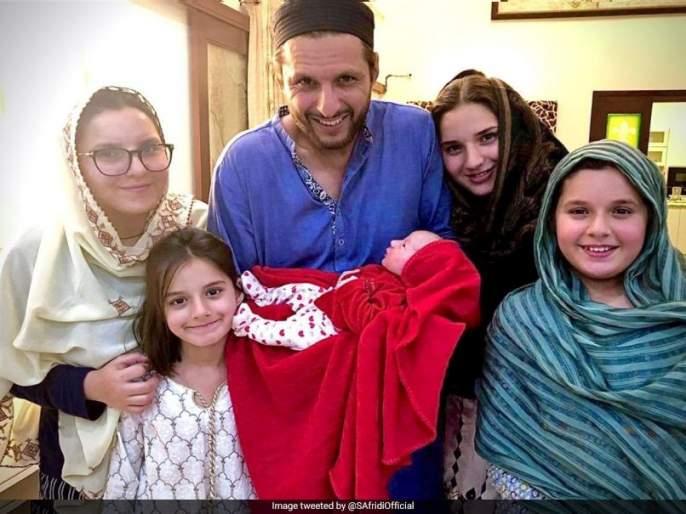 What shall I name the fifth daughter? Shahid Afridi asks fans to give him a special prize | पाचव्या कन्येचं नाव काय ठेवू? आफ्रिदीने फॅन्सकडून मागवला सल्ला, जिंकणाऱ्यास देणार खास बक्षीस