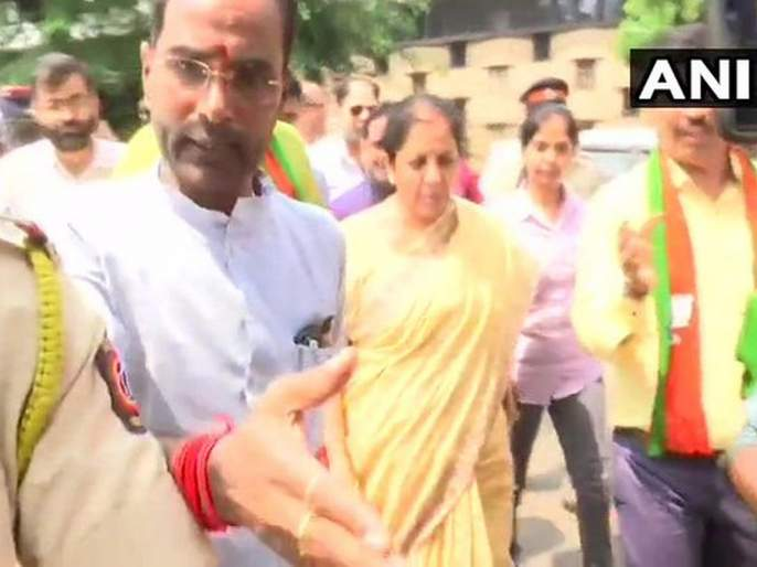 finance minister nirmala sitharaman faces agitation from pmc bank depositors in mumbai | पीएमसी खातेधारकांचा अर्थमंत्र्यांना घेराव; भाजपा कार्यालयाबाहेर आंदोलन