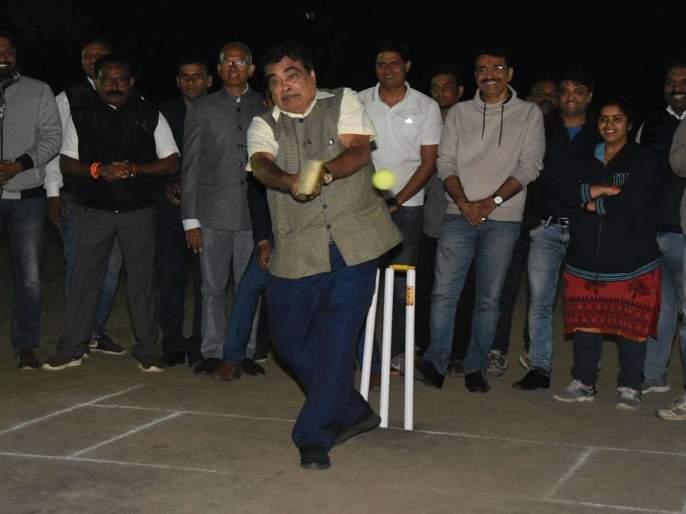 Nitin Gadkari's 'Batting' in cricket ground | क्रिकेटच्या मैदानात नितीन गडकरींची 'फटकेबाजी'