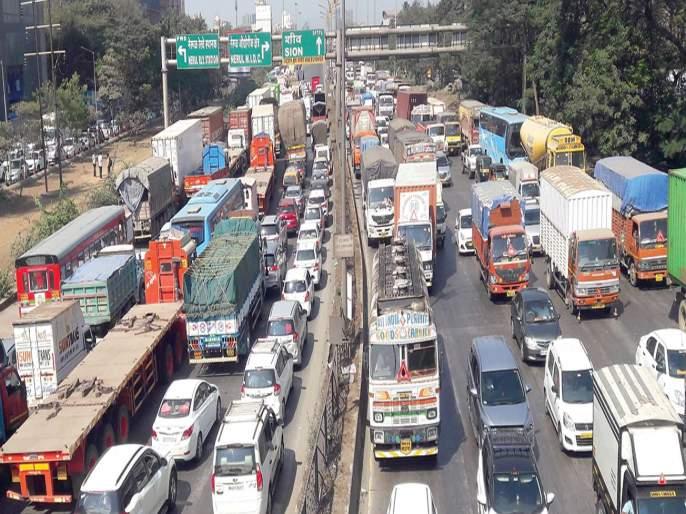 Vehicles queue from Nerul to CBD; Five hours imprisonment due to accident   नेरुळ ते सीबीडीपर्यंत वाहनांच्या रांगा; अपघातामुळे पाच तास कोंडी