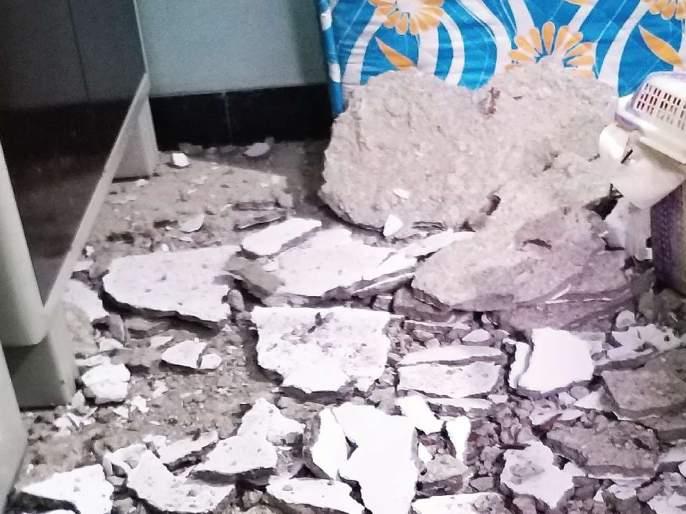 The plaster of the slab collapsed in the corner; The loss of life was avoided   कोपरखैरणेत स्लॅबचे प्लास्टर कोसळले;जीवितहानी टळली
