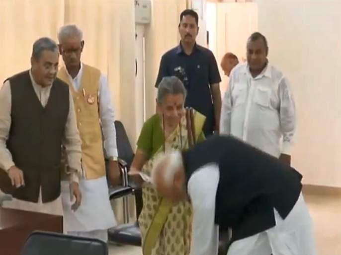 Who is the person whose feet Modi took his feet before applying for Varanasi nomination? | वाराणसीत उमेदवारी अर्ज भरण्यापूर्वी मोदींनी ज्यांचे पाय धरले त्या महिला कोण ?