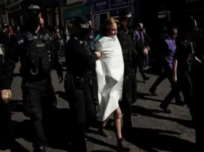 Prince philip funeral topless woman shouting save planet arrested at windsor castle | Topless woman Video : जोरजोरात ओरडत महिलेनं रस्त्यावरच उतरवले कपडे; शोकसभेत घातला गोंधळ, समोर आला व्हिडीओ