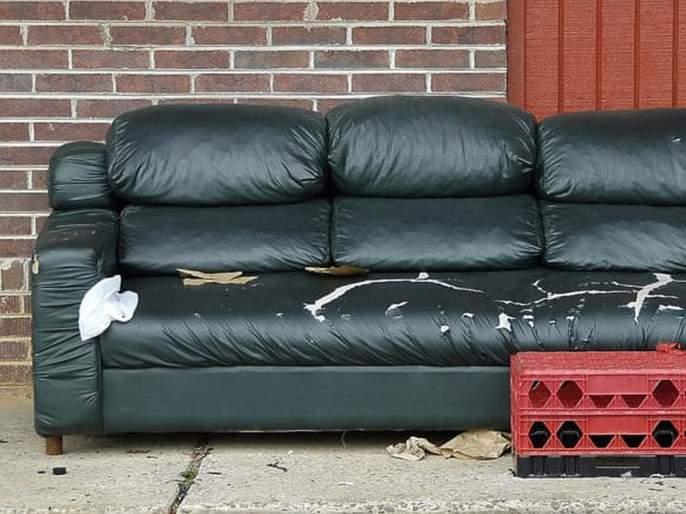 Man found 43 thousand dollars in old sofa | भंगारवाल्याकडून खरेदी केलेल्या सोफ्यात सापडले लाखो रूपये, पण....
