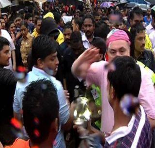 Randhir and Rishi kapoor assaulted journalist during immersion | विसर्जनादरम्यान रणधीर आणि ऋषी कपूर यांची पत्रकाराला मारहाण