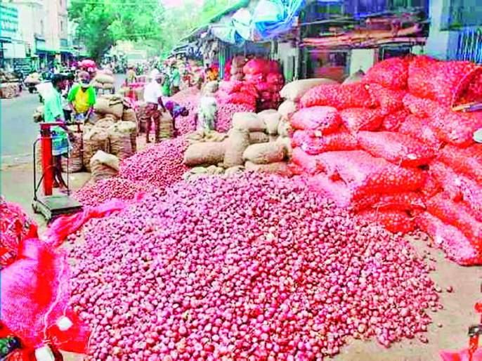 Onion 40 rupees kg due to effect of Sangli, Kolhapur flood | सांगली, कोल्हापूरच्या पूराचा फटका; कांदा ४० रुपये किलो