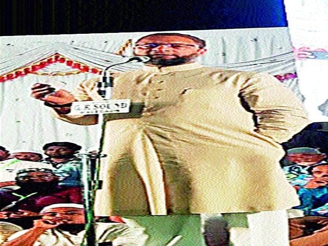 Modi should come to Malegaon for cleanliness: Owaisi   मोदींनी मालेगावातही स्वच्छतेसाठी यावे :ओवेसी
