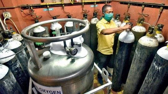 Shocking; Even working 24 hours in three shifts did not meet the need for oxygen   धक्कादायक;तीन शिफ्टमध्ये २४ तास काम करूनही ऑक्सिजनची गरजभागेना