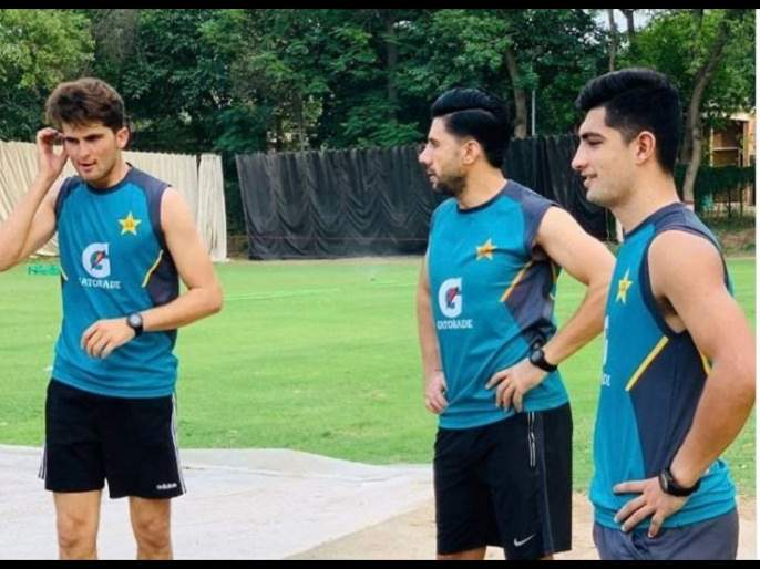 Pakistan players are back in training, But there is no social distancing amongst them svg | पाकिस्तानचे क्रिकेटपटू सरावाला लागले, पण कोरोनाचं गांभीर्य विसरले