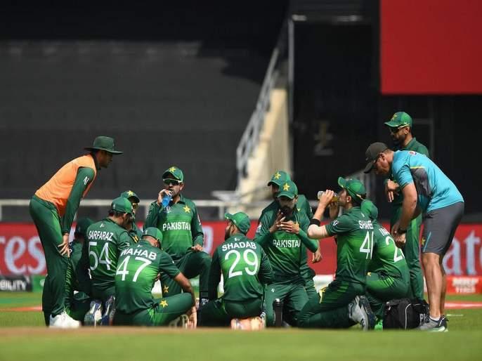 ICC World Cup 2019: Akash Chopran trolled Pakistan team | ICC World Cup 2019 : आकाश चोप्रानं उडवली पाकिस्तानची खिल्ली; सोशल मीडियावरही धुमाकूळ!