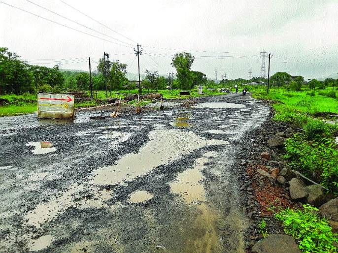 Roads in the district suffer from severe, heavy rainfall | जिल्ह्यातील रस्त्यांवरील प्रवास खडतर, अतिवृष्टीमुळे नुकसान