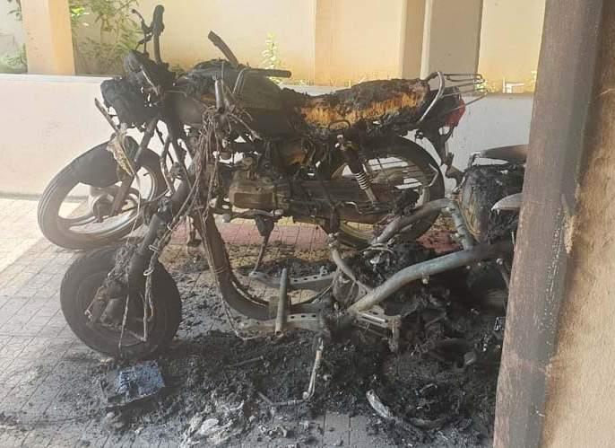 Two bicycle burns at Pandharpur parking lot   पंढरपुरात पार्किंगमधील दोन दुचाकी जाळल्या
