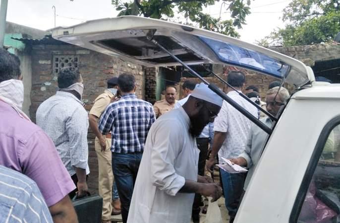 Police found the disappearance of a missing brothel full of robes! | बेपत्ता वकिलाचा शोध घेताना पोलिसांना सापडलं मृतदेहाच्या तुकडयांनी भरलेलं पोतं !